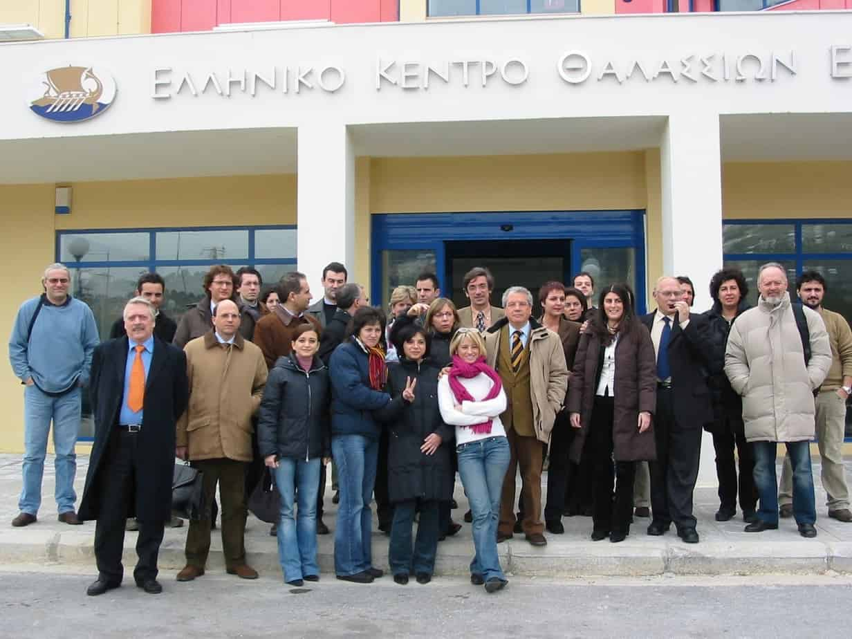 la-delegazione-del-progetto-davanti-alla-sala-convegno-ad-atene