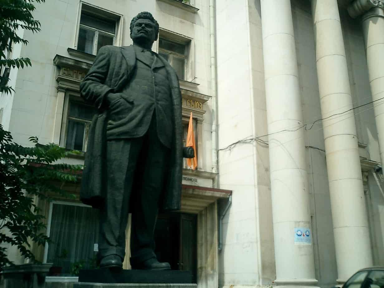 statua-di-ivan-vazov-davanti-al-theatre-di-sofia